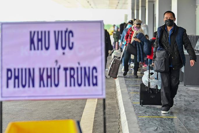 Cận cảnh chuyến bay đặc biệt đưa người Việt Nam từ Ukraine hạ cánh tại sân bay Vân Đồn - Ảnh 2.