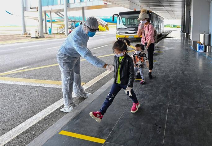 Cận cảnh chuyến bay đặc biệt đưa người Việt Nam từ Ukraine hạ cánh tại sân bay Vân Đồn - Ảnh 3.