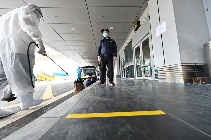 Cận cảnh chuyến bay đặc biệt đưa người Việt Nam từ Ukraine hạ cánh tại sân bay Vân Đồn - Ảnh 4.