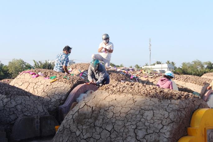CLIP: Bất chấp lệnh của Thủ tướng, nhiều người ở Bạc Liêu vẫn kéo nhau đi cúng thanh minh - Ảnh 11.