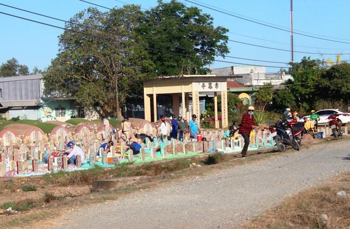 CLIP: Bất chấp lệnh của Thủ tướng, nhiều người ở Bạc Liêu vẫn kéo nhau đi cúng thanh minh - Ảnh 9.