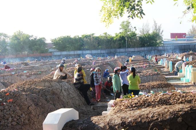 CLIP: Bất chấp lệnh của Thủ tướng, nhiều người ở Bạc Liêu vẫn kéo nhau đi cúng thanh minh - Ảnh 10.