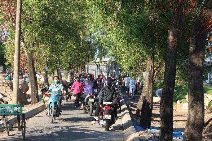 CLIP: Bất chấp lệnh của Thủ tướng, nhiều người ở Bạc Liêu vẫn kéo nhau đi cúng thanh minh - Ảnh 6.