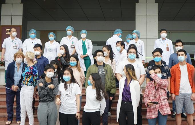 CLIP: Bệnh nhân Covid-19 nước ngoài xúc động rớm nước mắt cảm ơn các y bác sĩ - Ảnh 5.