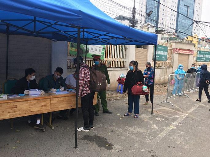 Lập xóm, mở lối đi riêng vào Bệnh viện Bạch Mai cho hàng trăm bệnh nhân chạy thận - Ảnh 1.