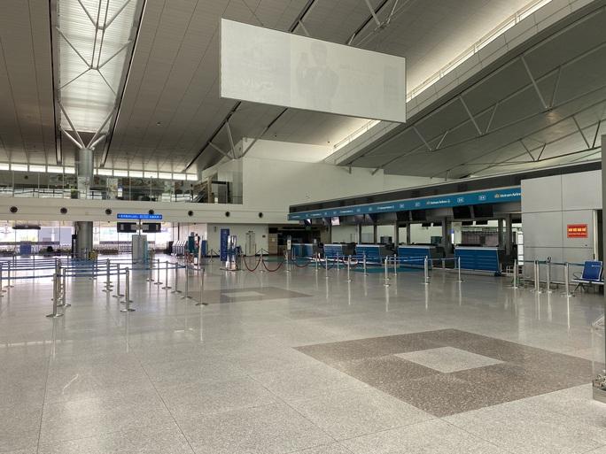 Sân bay Tân Sơn Nhất vắng bóng người sau lệnh hạn chế bay - Ảnh 4.
