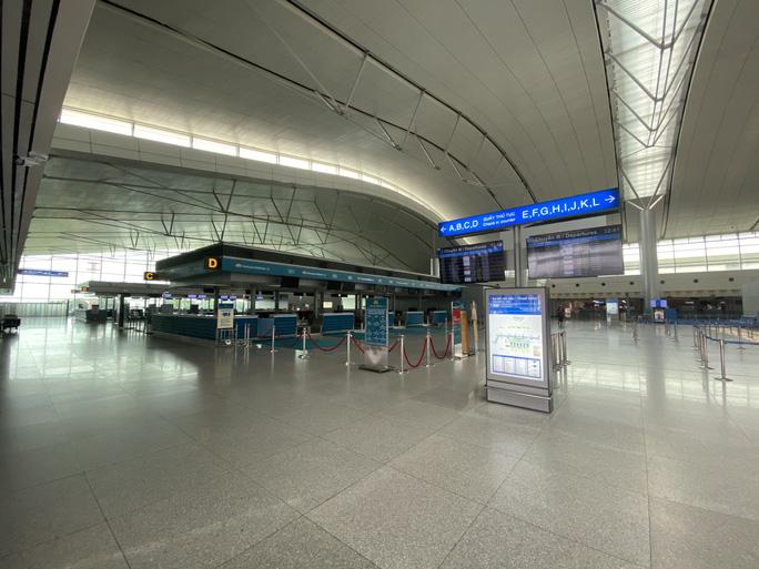 Sân bay Tân Sơn Nhất vắng bóng người sau lệnh hạn chế bay - Ảnh 3.