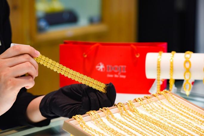 Nhiều tiệm vàng đóng cửa, giá vàng SJC vẫn tăng mạnh trên 48 triệu đồng/lượng - Ảnh 1.