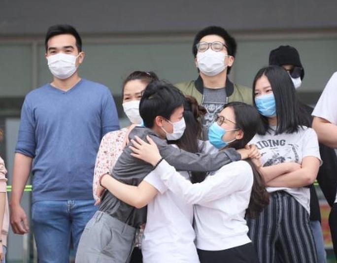 CLIP: Bệnh nhân Covid-19 nước ngoài xúc động rớm nước mắt cảm ơn các y bác sĩ - Ảnh 8.
