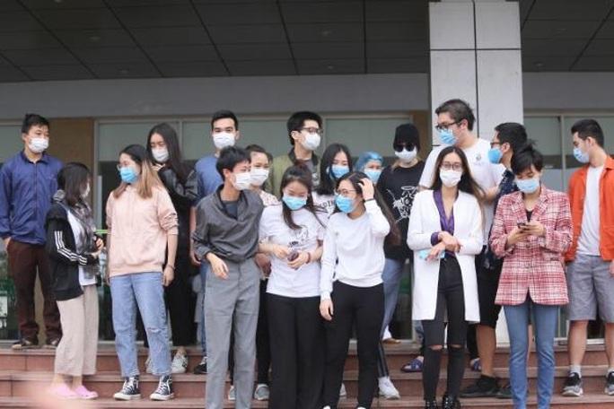 CLIP: Bệnh nhân Covid-19 nước ngoài xúc động rớm nước mắt cảm ơn các y bác sĩ - Ảnh 4.