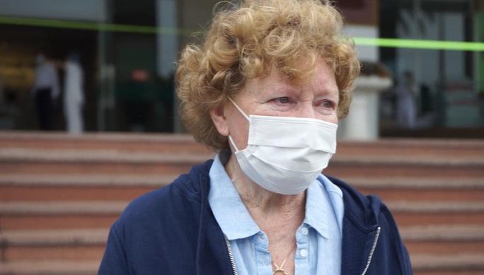 CLIP: Bệnh nhân Covid-19 nước ngoài xúc động rớm nước mắt cảm ơn các y bác sĩ - Ảnh 10.
