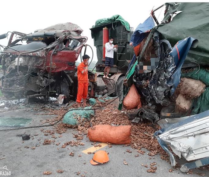 Hai xe tải đấu đầu kinh hoàng, tài xế và người phụ nữ tử vong trong cabin - Ảnh 1.
