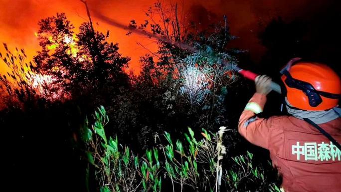 Trung Quốc: Cháy rừng dữ dội, 18 lính cứu hỏa thiệt mạng - Ảnh 1.