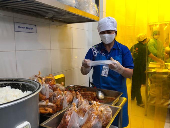 TP Hồ Chí Minh: Kiểm tra các đơn vị cung cấp suất ăn cho khu cách ly - Ảnh 1.