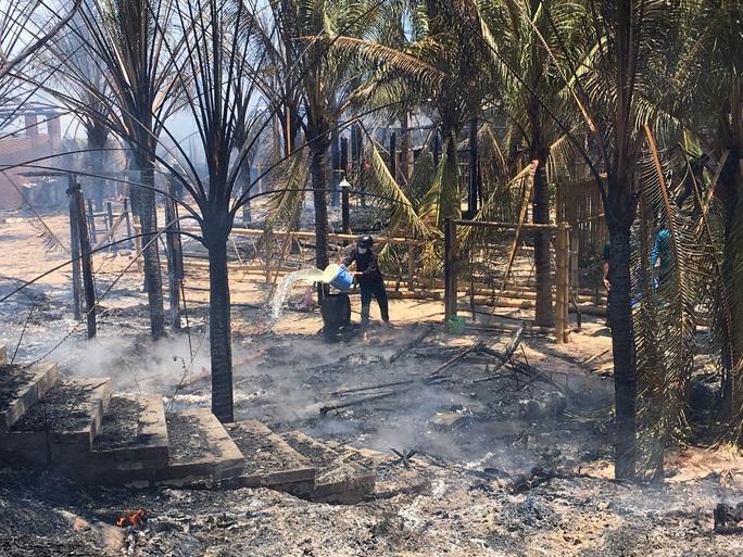 Cháy lớn thiêu rụi 2 nhà hàng, quán bar ở Phan Thiết - Ảnh 2.