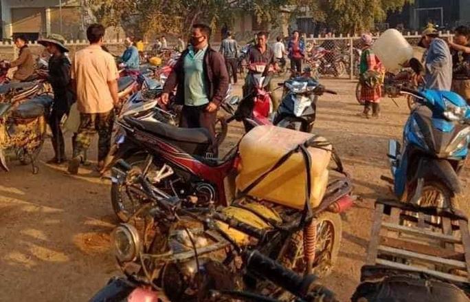 Người dân đổ xô đi mua xăng dầu vì tin đồn, nhiều cửa hàng hết xăng - Ảnh 3.