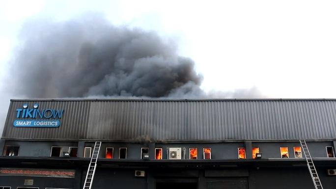 CLIP: Cháy lớn ở khu vực đường Bạch Đằng, quận Tân Bình, TP HCM - Ảnh 2.