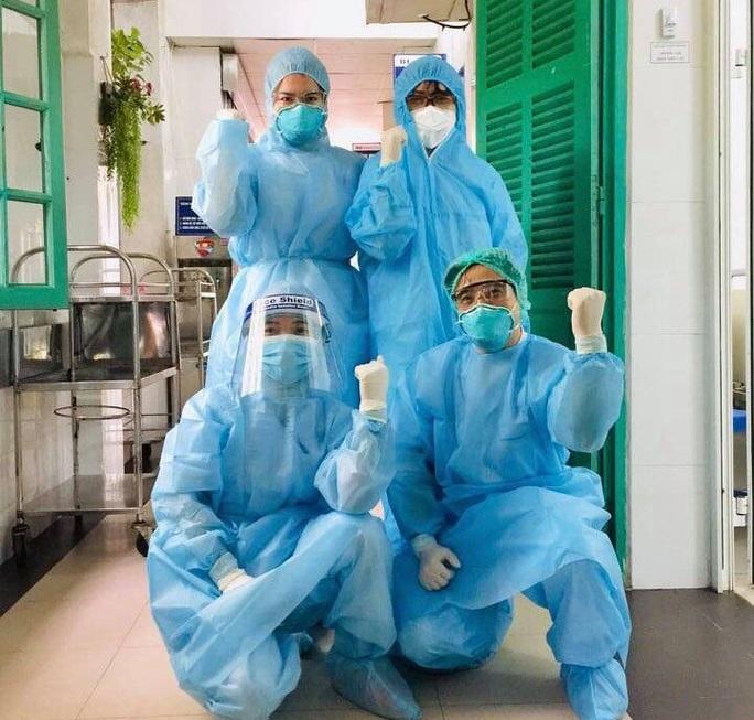 Bác sĩ Bệnh viện Xanh Pôn vui mừng sau khi gỡ bỏ phong tỏa vì có bệnh nhân Covid-19 tới thăm con - Ảnh 1.