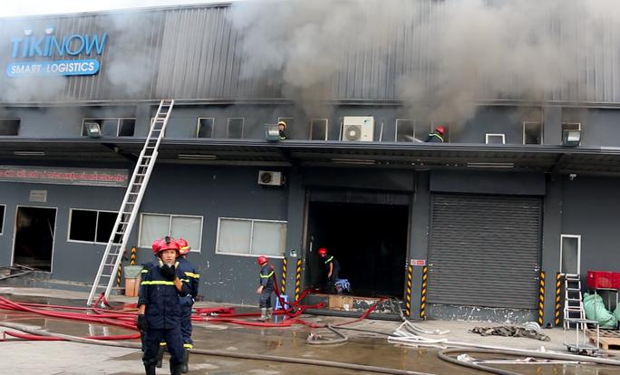 CLIP: Cháy lớn ở khu vực đường Bạch Đằng, quận Tân Bình, TP HCM - Ảnh 3.