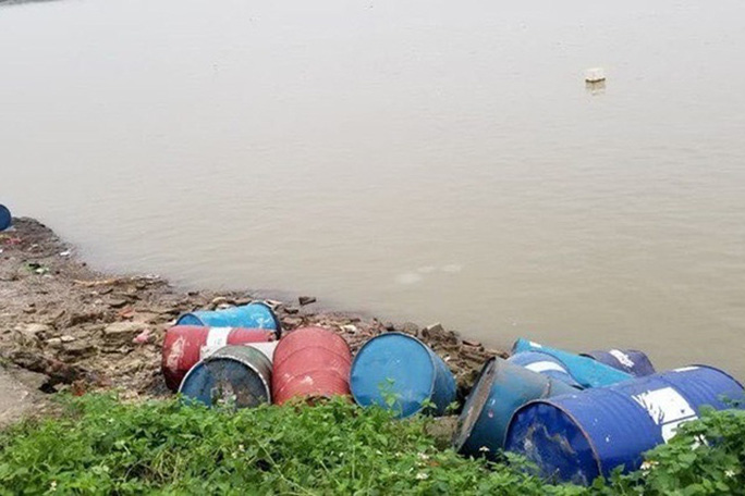 Bắt đối tượng không bán được, đổ trộm hơn 3 tấn chất thải nguy hại xuống sông Hồng - Ảnh 2.