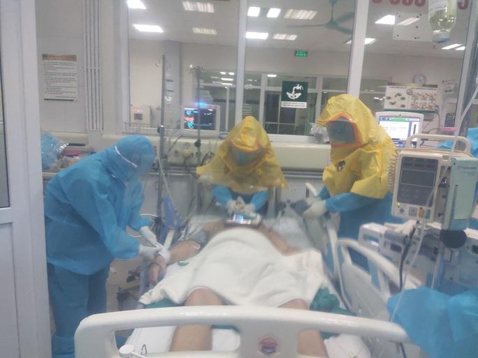 NÓNG: 2 bệnh nhân Covid-19 rất nặng đã âm tính với SARS-CoV-2 - Ảnh 1.