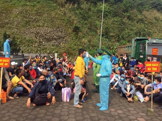Hàng ngàn người rồng rắn đổ về Cửa khẩu Quốc tế Cầu Treo để được nhập cảnh về quê - Ảnh 2.