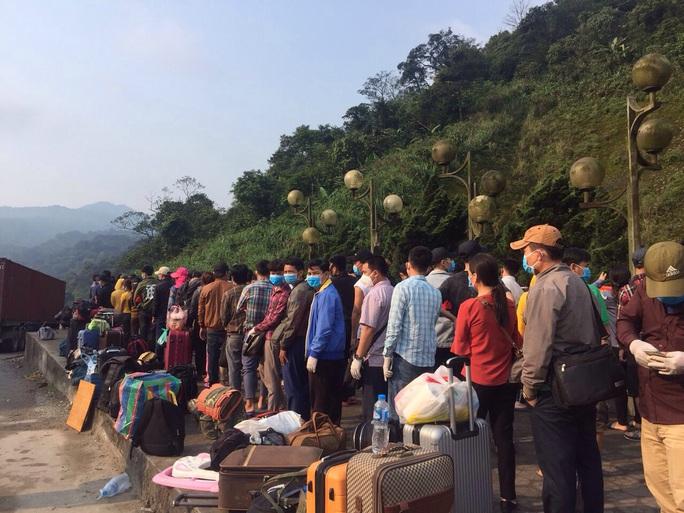 Hàng ngàn người rồng rắn đổ về Cửa khẩu Quốc tế Cầu Treo để được nhập cảnh về quê - Ảnh 1.