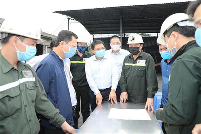 6 công nhân Tổng công ty Đông Bắc mắc kẹt do tụt vỉ chống lò, 3 người bị thương nặng - Ảnh 1.