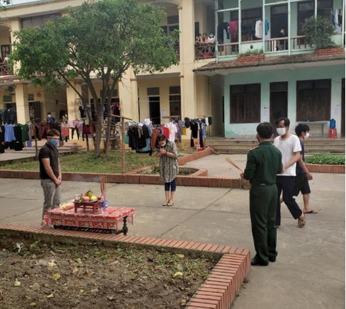 Xúc động nam thanh niên lập bàn thờ vọng chịu tang cha tại khu cách ly - Ảnh 2.