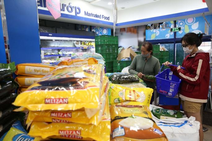Phóng sự ảnh: Hàng hóa đầy ắp siêu thị trước thời khắc cách ly toàn xã hội - Ảnh 4.