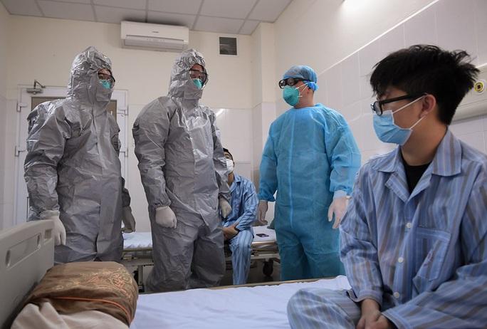 """Bộ Y tế nói gì về """"bệnh nhân Covid-19 ở Bệnh viện Bạch Mai phát thuốc cho 2.000 người""""? - Ảnh 1."""