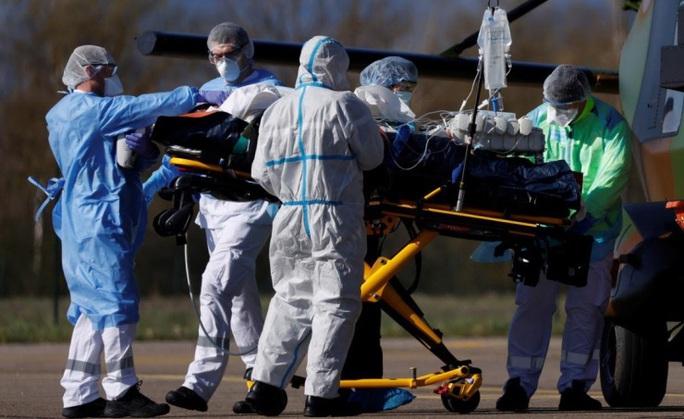 Covid-19: Số người chết tăng kỷ lục ở Pháp, Ý kéo dài lệnh phong tỏa  - Ảnh 1.