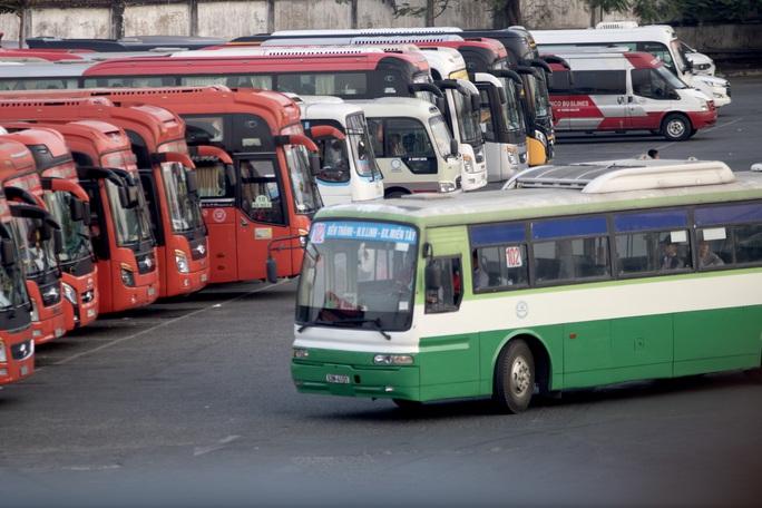 TP HCM tiếp tục ngưng toàn bộ hoạt động xe khách, buýt, taxi... đến hết 22-4 - Ảnh 1.