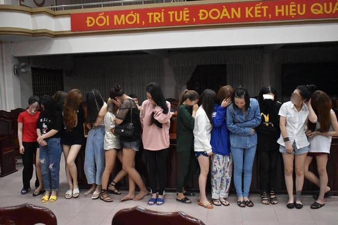 Đột kích quán karaoke lúc nửa đêm, phát hiện hàng chục nam nữ đang phê ma túy - Ảnh 1.