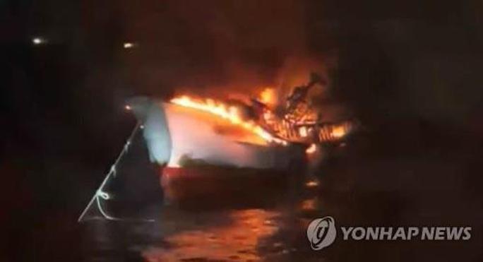 5 người Việt mất tích trong vụ cháy tàu cá ngoài khơi đảo Jeju - Ảnh 1.