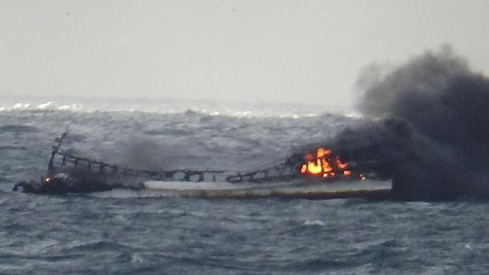 5 người Việt mất tích trong vụ cháy tàu cá ngoài khơi đảo Jeju - Ảnh 2.