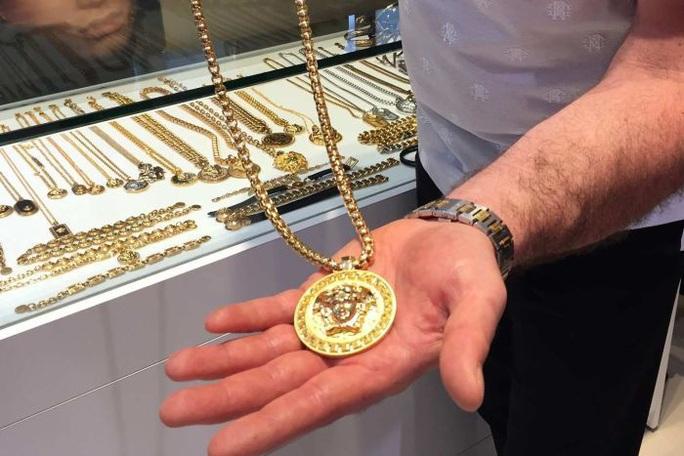 Sử dụng cần câu để đánh cắp vòng cổ Versace - Ảnh 2.