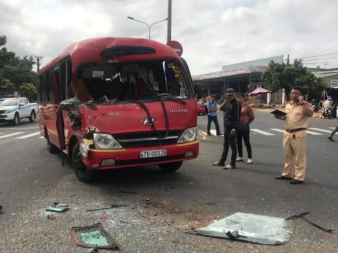 Xe khách mất lái đâm vào xe tải, hàng chục hành khách thoát chế - Ảnh 1.