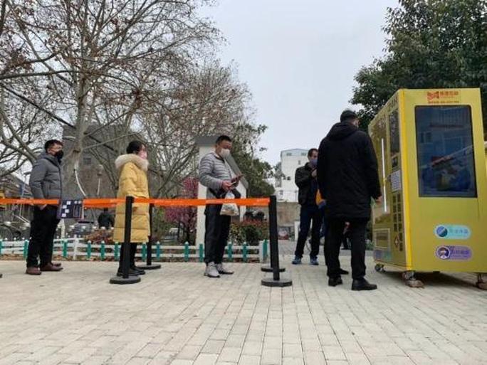 Máy bán khẩu trang tự động đầu tiên xuất hiện ở Trung Quốc - Ảnh 1.
