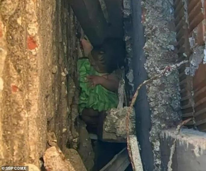Vứt con mới sinh vào hố sâu gần 3 m giữa 2 tòa nhà - Ảnh 1.