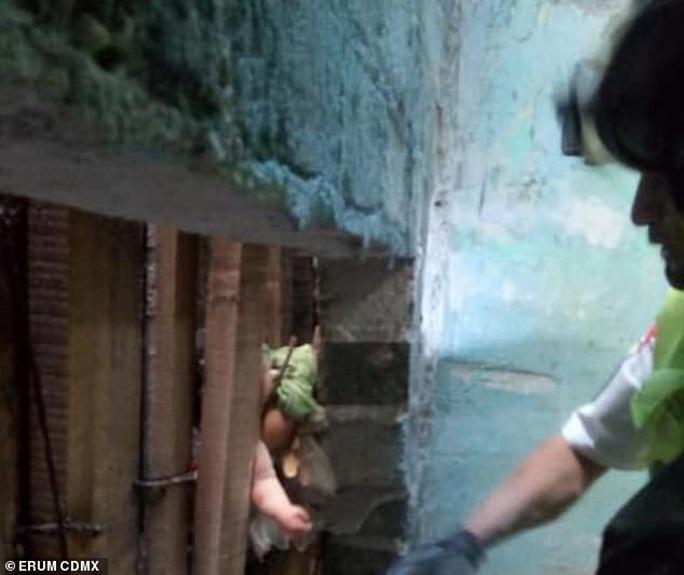 Vứt con mới sinh vào hố sâu gần 3 m giữa 2 tòa nhà - Ảnh 2.