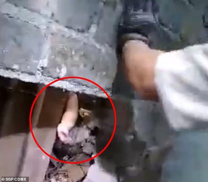 Vứt con mới sinh vào hố sâu gần 3 m giữa 2 tòa nhà - Ảnh 3.