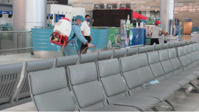 Đã tìm được 5 hành khách đi cùng chuyến bay có khách Nhật nhiễm Covid-19 - Ảnh 1.