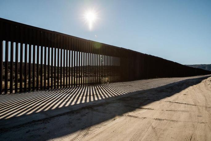 19 bang kiện Tổng thống Trump ra tòa vì tiền xây tường biên giới - Ảnh 1.