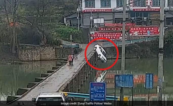 Vừa nhận bằng lái 10 phút, tài xế lái xe rớt xuống sông - Ảnh 1.