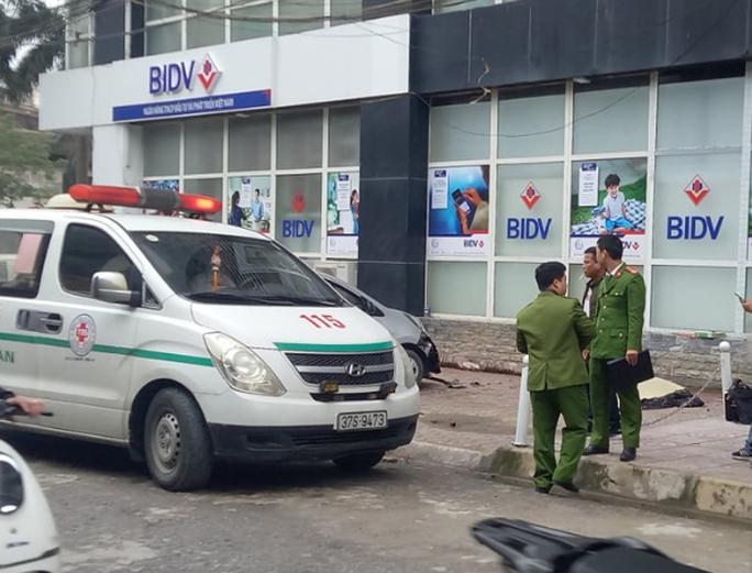 Rơi từ tầng 13 tòa nhà xuống trúng vào xe ôtô, nam thanh niên tử vong tại chỗ - Ảnh 1.