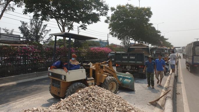 Xe tải lao dải phân cách, hàng tấn khoai mì đổ tràn Quốc lộ 22 - Ảnh 2.