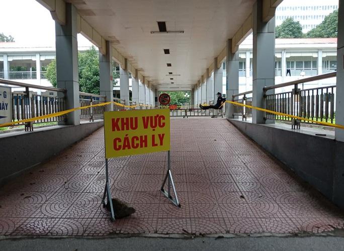 Hơn 600 người Ninh Bình tới Bệnh viện Bạch Mai khám chữa bệnh - Ảnh 1.