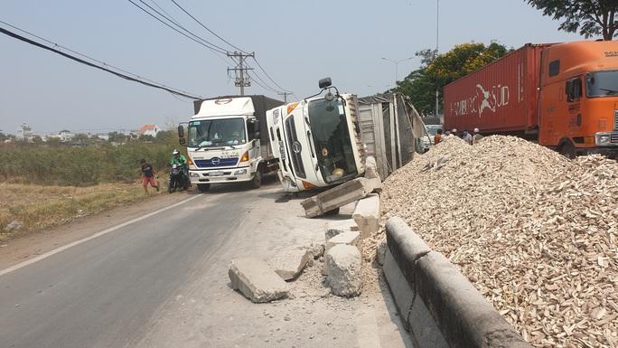 Xe tải lao dải phân cách, hàng tấn khoai mì đổ tràn Quốc lộ 22 - Ảnh 1.