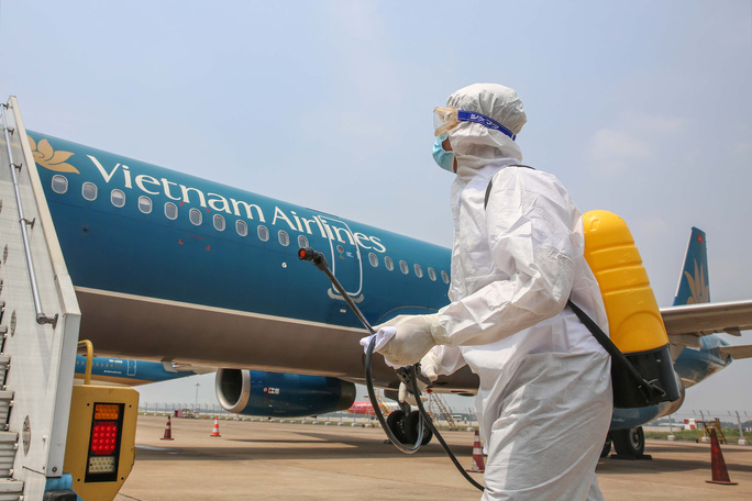 Cận cảnh khử trùng máy bay từ Đài Loan về Tân Sơn Nhất để phòng chống Covid-19  - Ảnh 3.